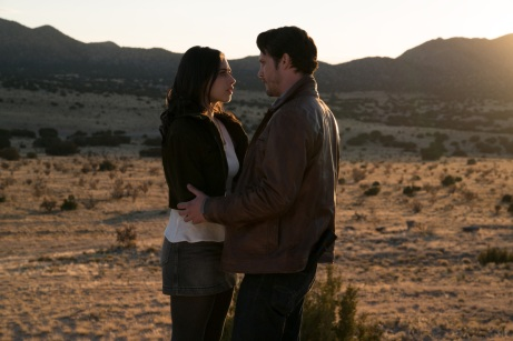 "Roswell, New Mexico -- ""Pilot"" -- Image Number: ROS101b_0272ra.jpg -- Pictured (L-R): Jeanine Mason as Liz Ortecho and Nathan Dean Parsons as Max Evans -- Photo: Ursula Coyote/The CW -- © 2018 The CW Network, LLC. All rights reserved"